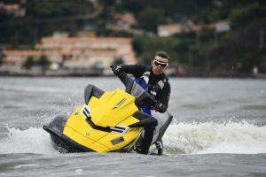 Hombre en moto de agua amarilla